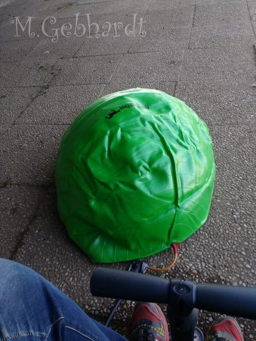 Der Ball wird mit der Fahrrad-Luftpumpe aufgepumpt