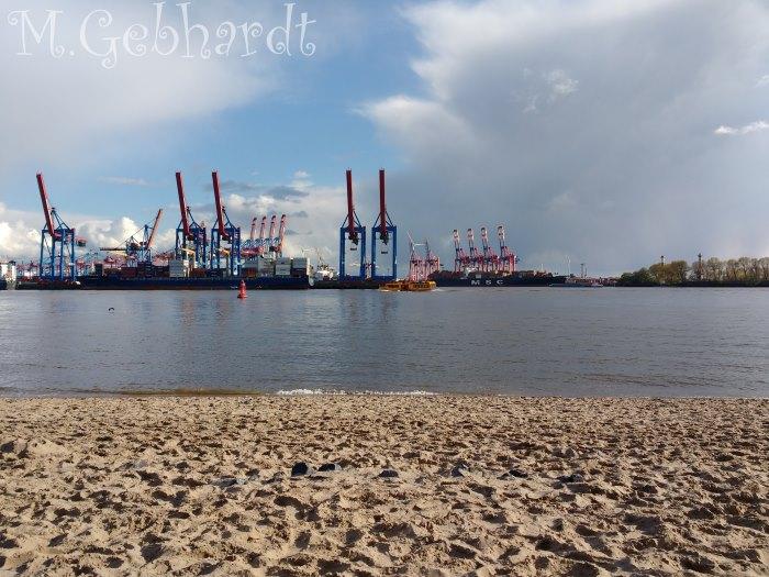 Blick vom Elbstrand auf den Industriehafen